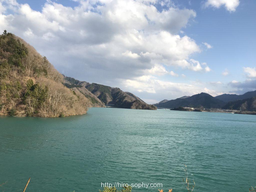 緑色の水をしたダム湖