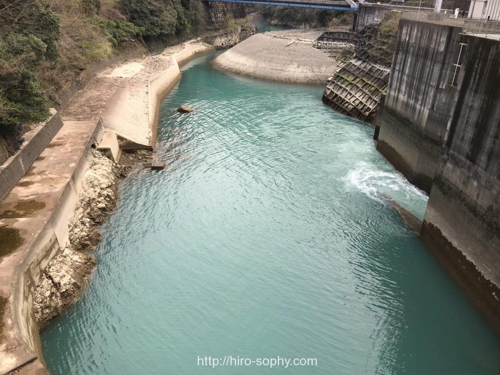 美しいダム湖の水