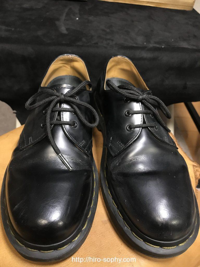 黒いドクターマーチンの革靴