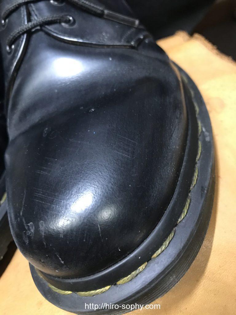 黒いドクターマーチンの革靴の爪先