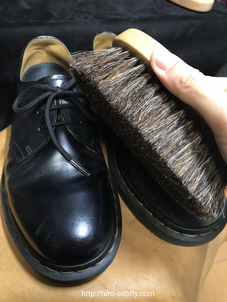 黒い革靴をブラッシングする
