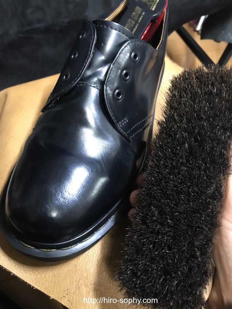 黒い革靴を馬毛でブラッシング