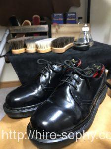 磨き終わった黒い革靴