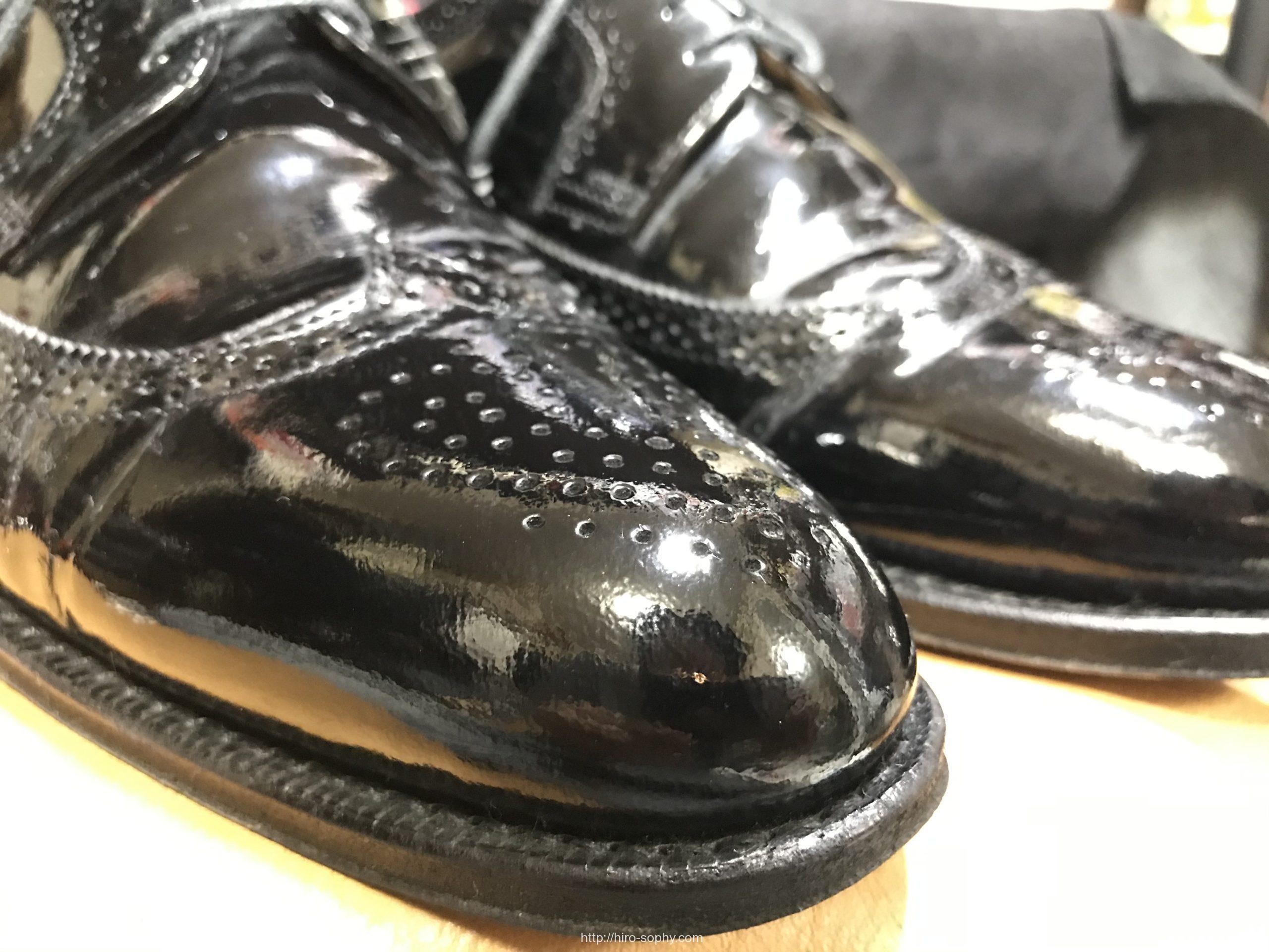 エナメルの黒い革靴