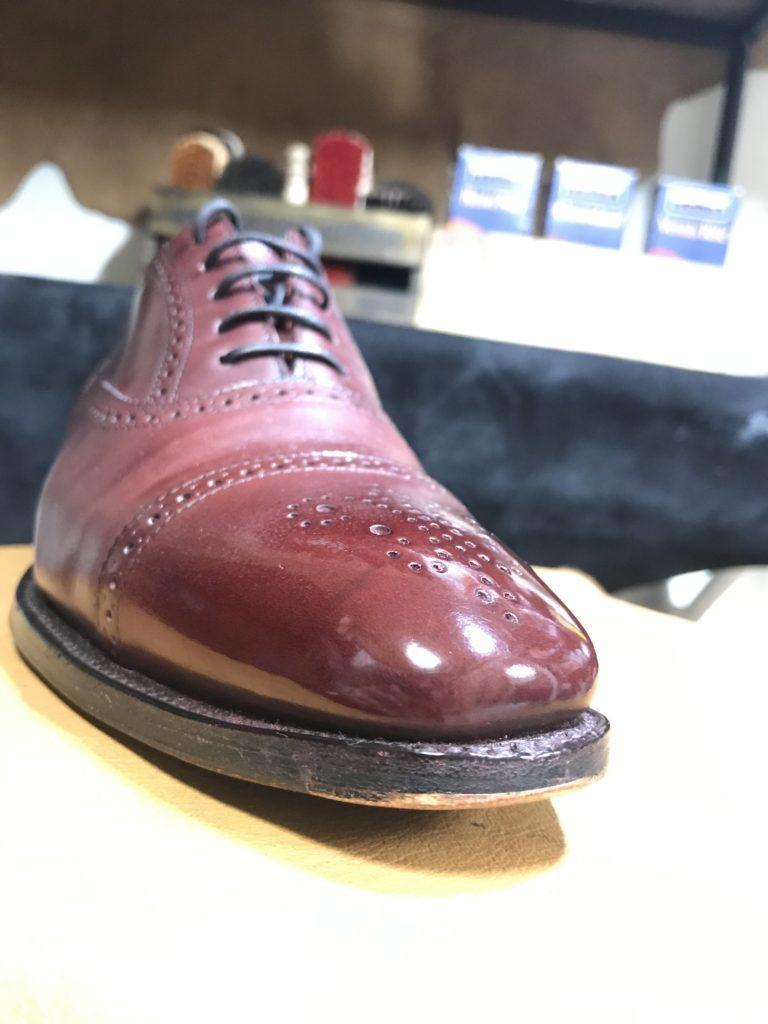 爪先に鏡面磨きをした革靴
