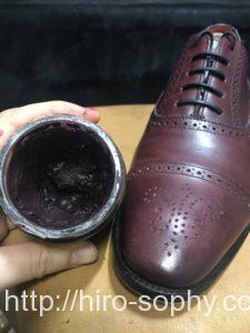 色褪せた革靴にクリームを入れる