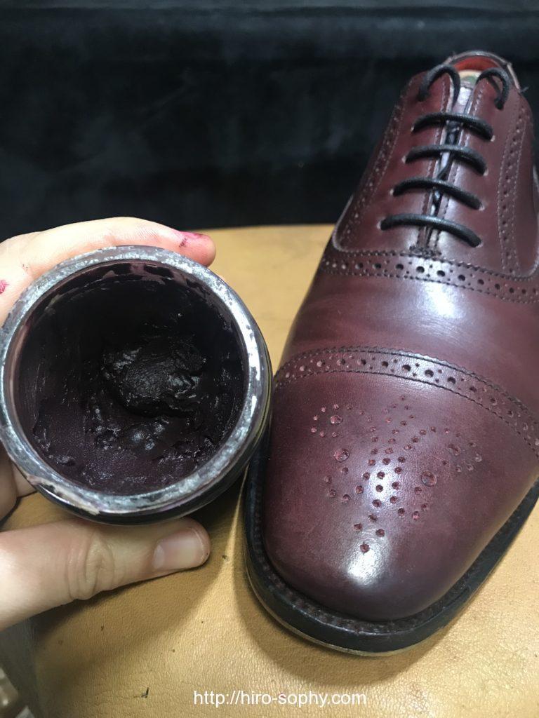 同じ色のクリームで革靴を補色する