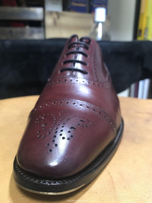 傷がすっかり目立たなくなった革靴