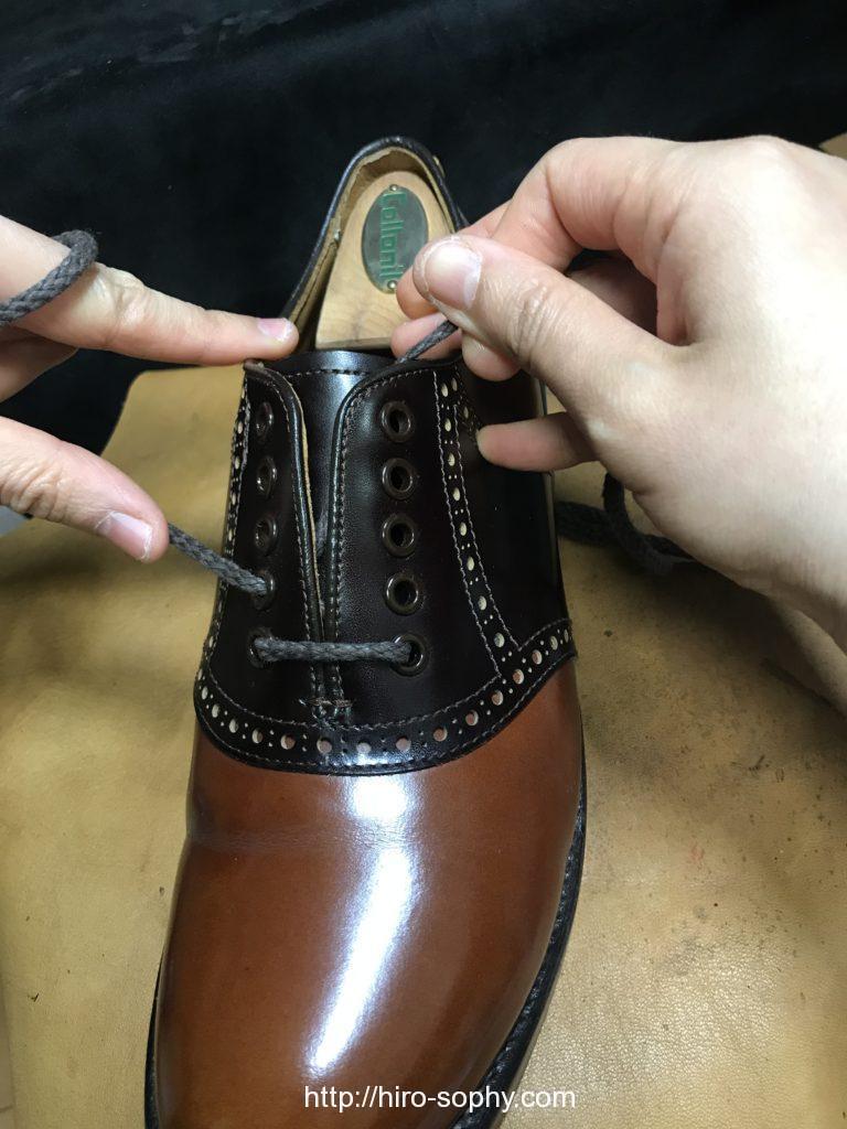 紐を通し直す革靴
