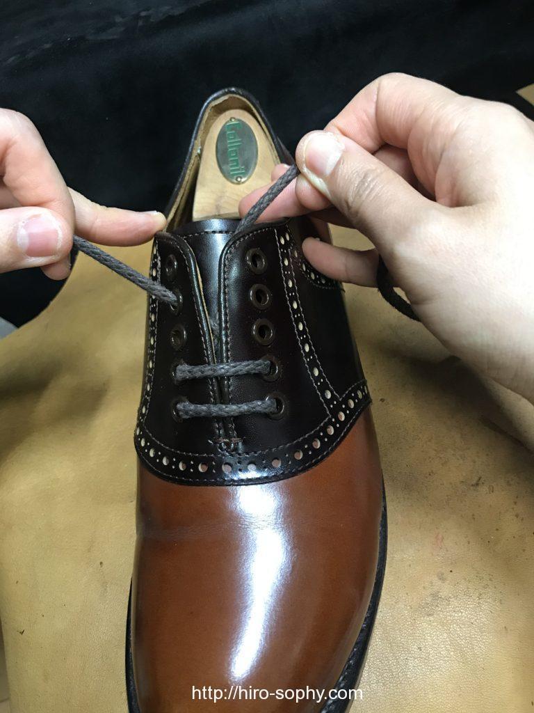紐をパラレルで締め直している革靴