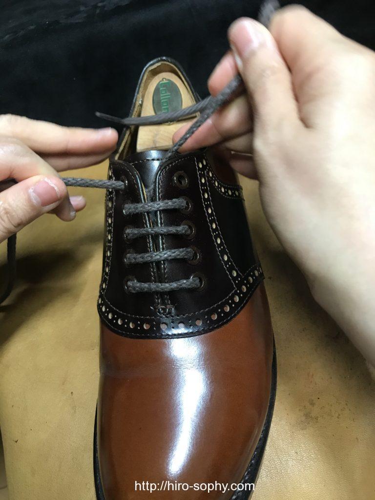 革靴の紐の通し方を説明する