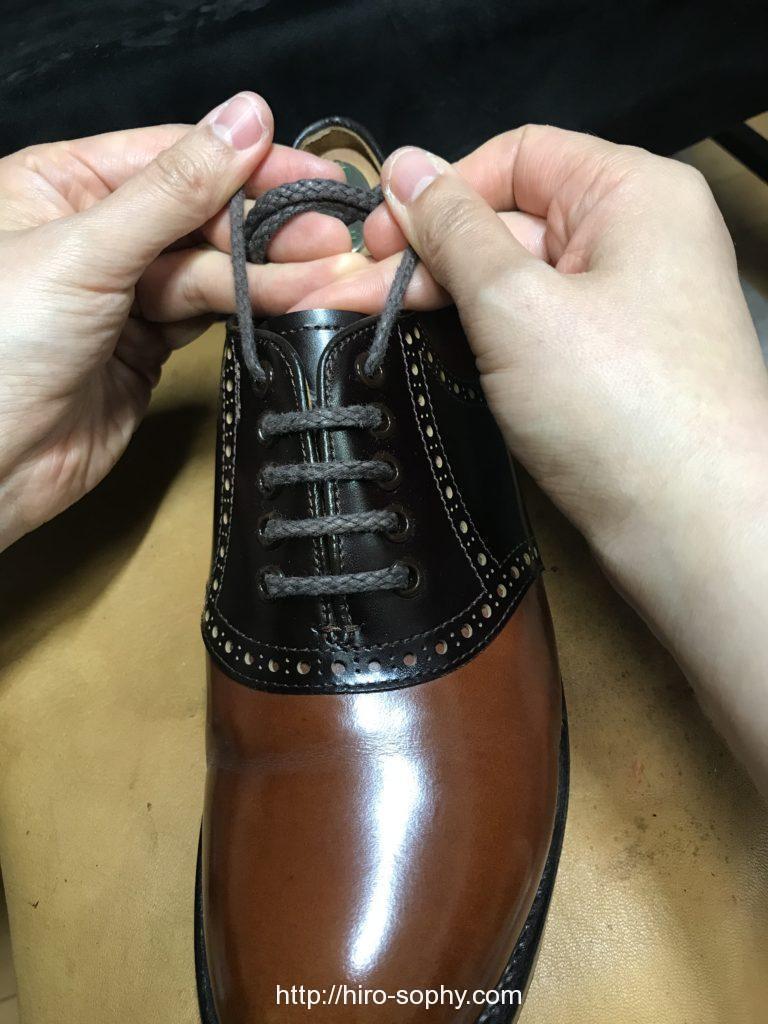 革靴の紐を通し直す
