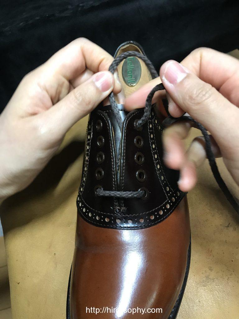 革靴の一番上のアイレットに紐を通す