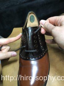 革靴に紐を通す
