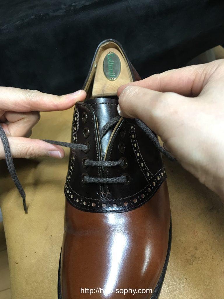 革靴の紐を巻くように通す