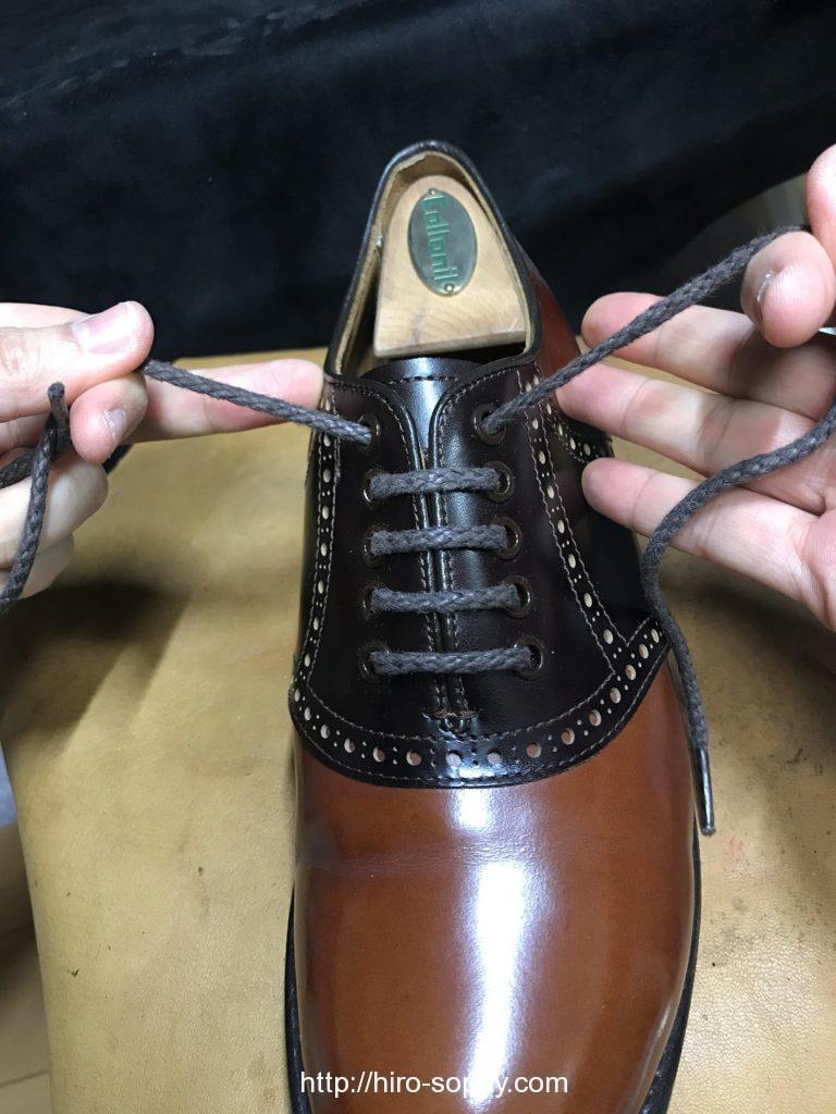 紐を通し終わった革靴