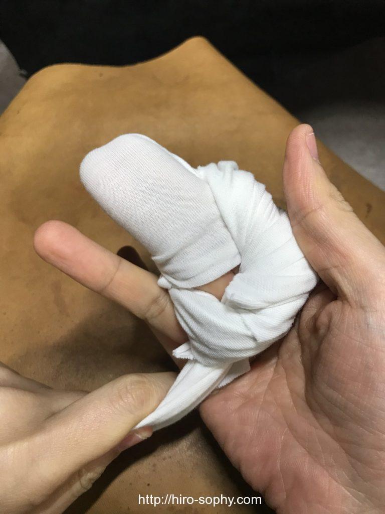 二本の指にクロスを巻き付け締める