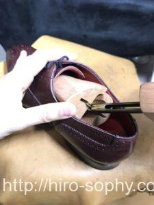 革靴にシューツリーを斜めにしながら入れる