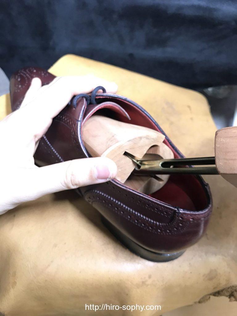 革靴の中にシューツリーを入れる