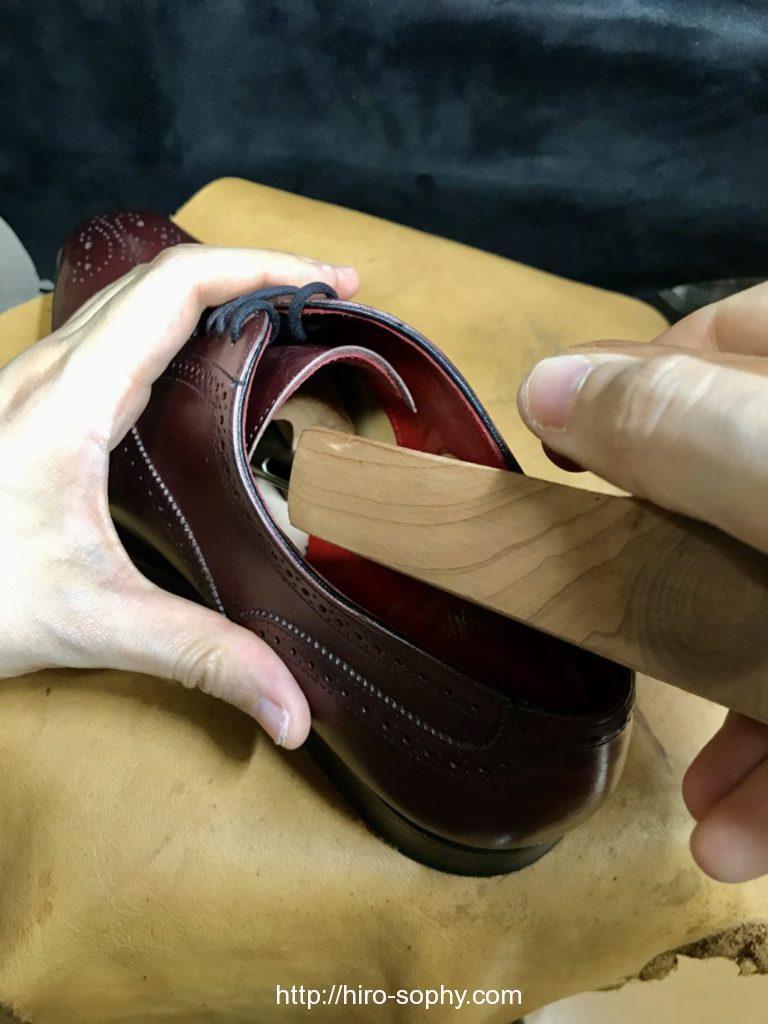奥まで革靴にシューツリーを入れる