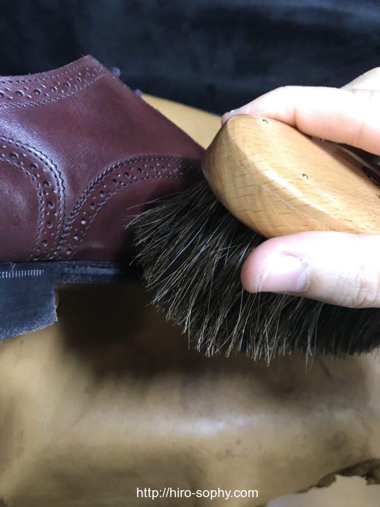 革靴を馬毛ブラシをかける