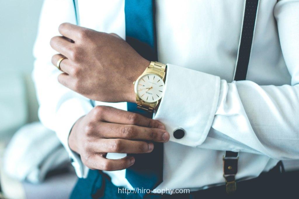 ビジネスマンが袖のボタンを留める