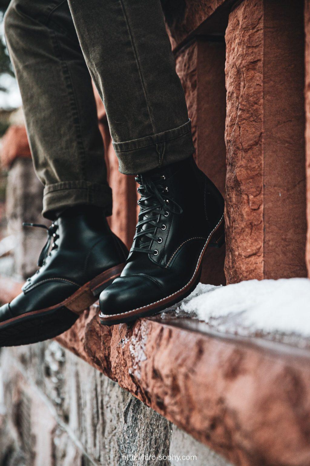 黒いブーツを履く男性