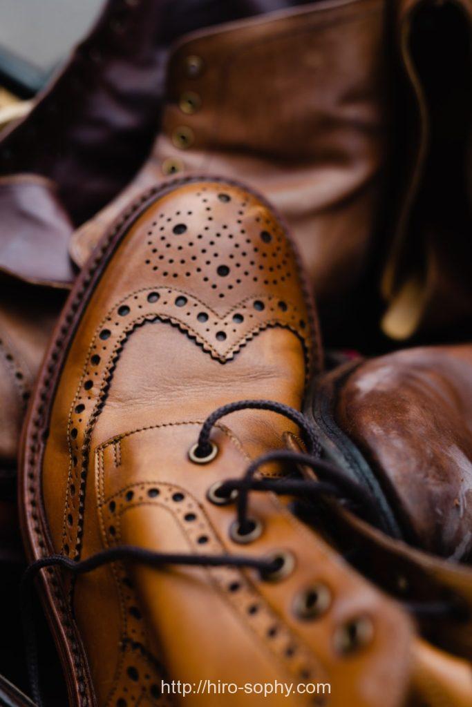ブーツの紐が解けている