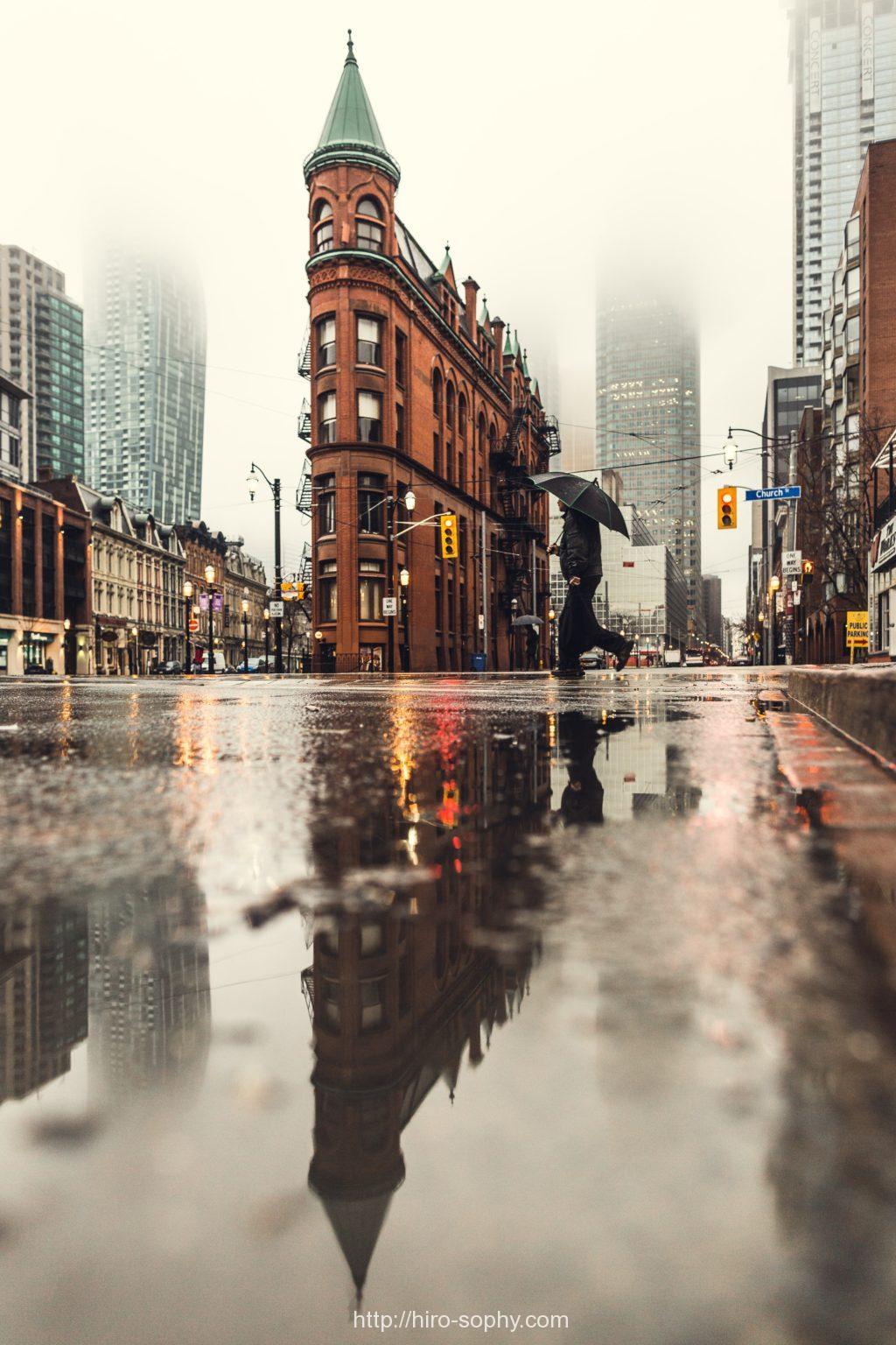 雨の中を歩くビジネスマン