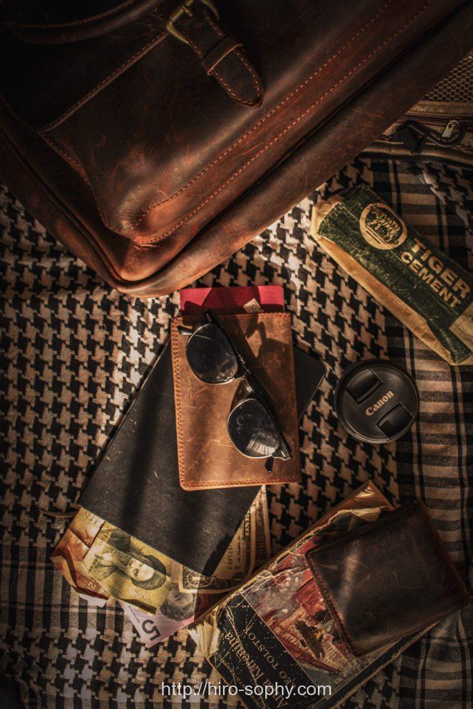 サングラスと財布と革バッグ
