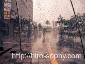 透明な傘が雨に濡れる
