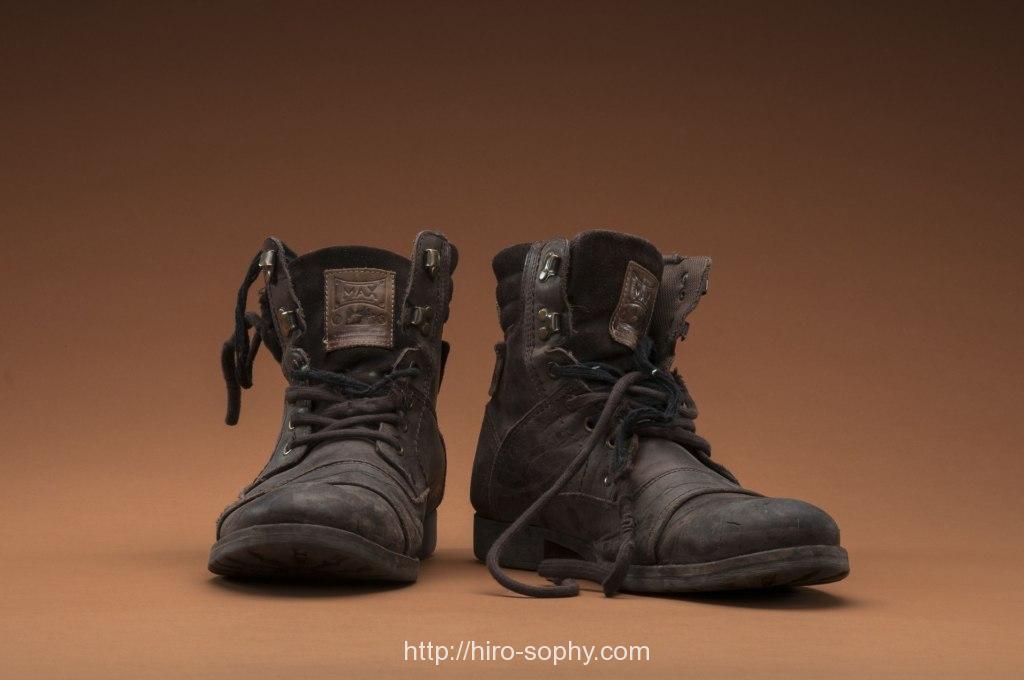 茶色の古びたブーツ