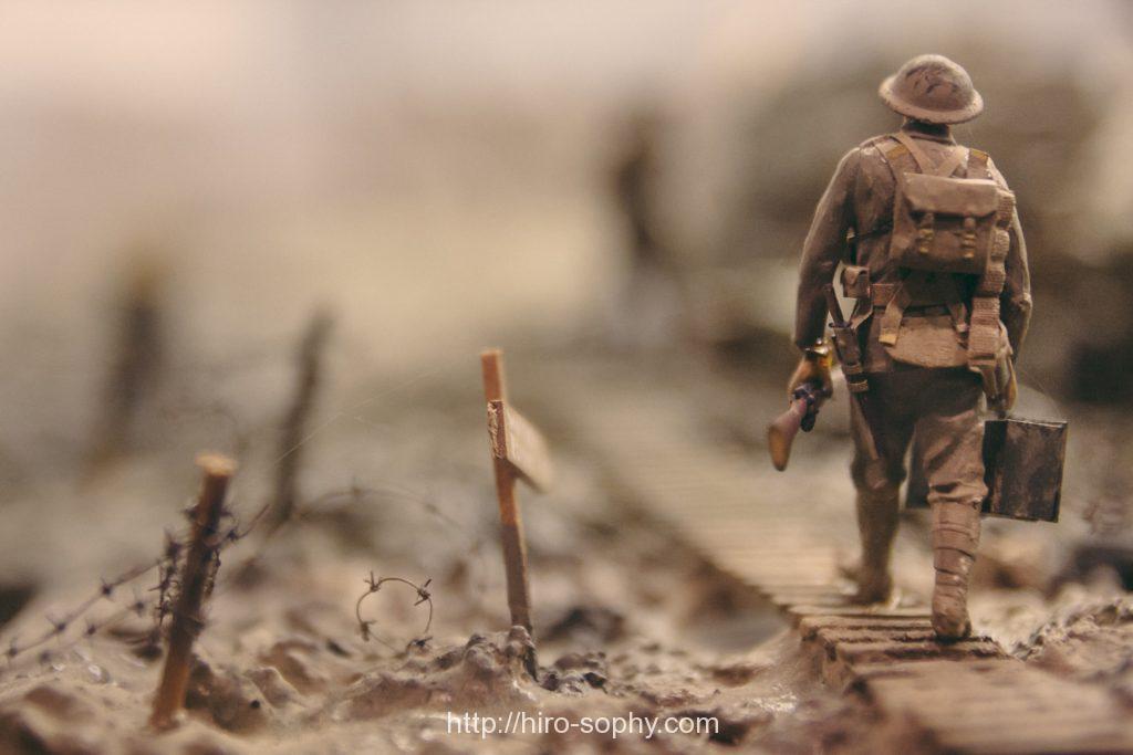 歩くリュックを背負った男性