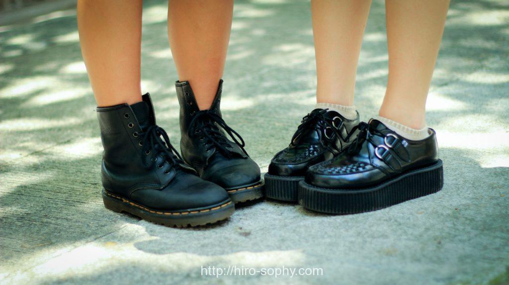 ブーツを履く2人の人間の足