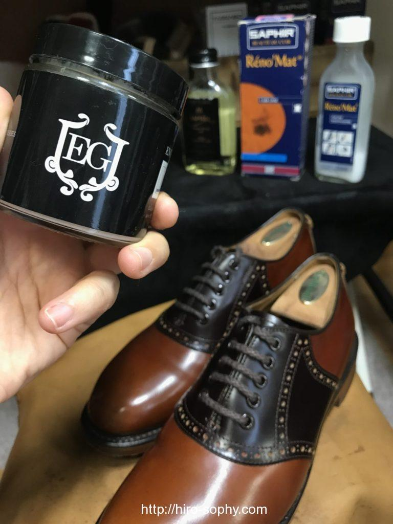 靴クリームを革靴に塗布