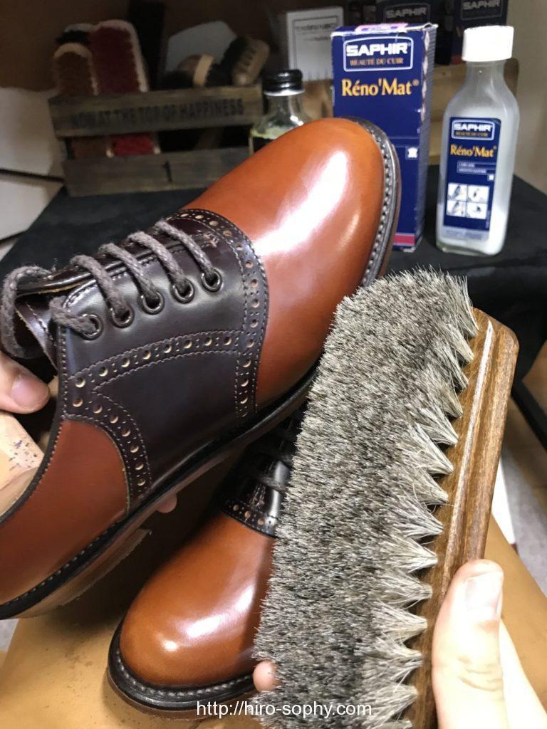 革靴をブラッシングする