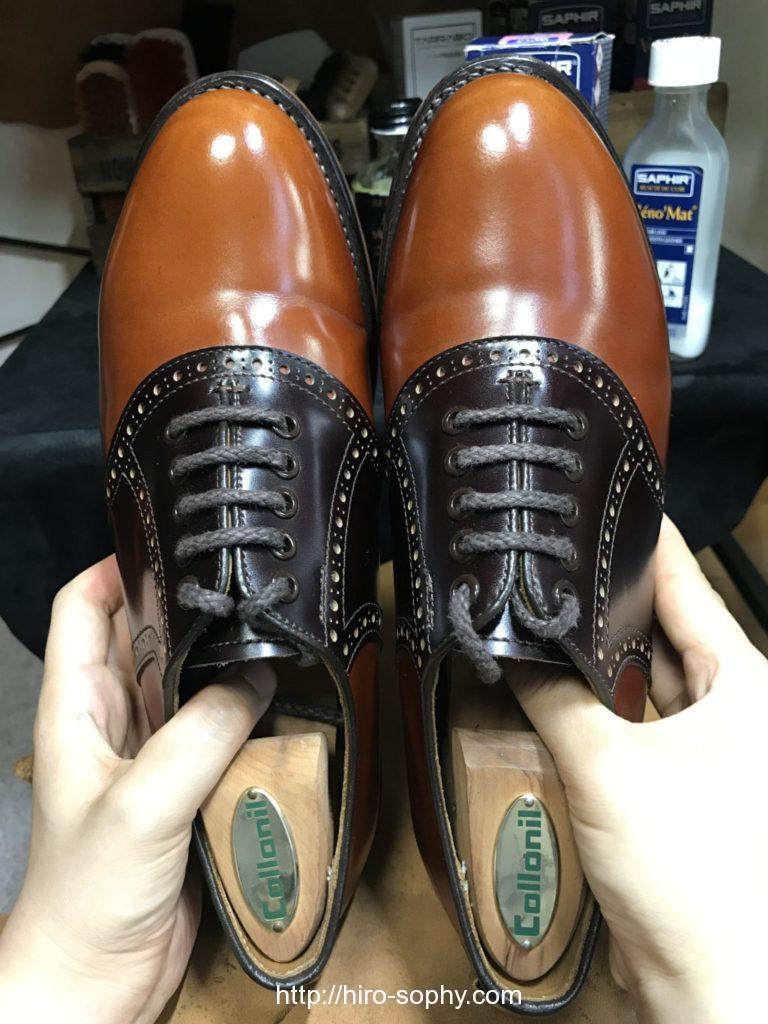 磨き終わった靴を見せる