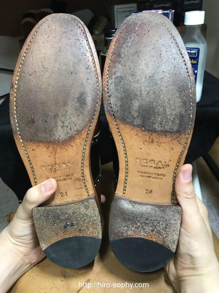 両手で靴を持ち靴底を見せる
