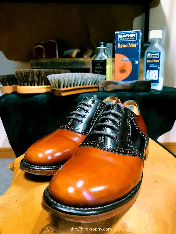 ピカピカに輝く茶色の革靴