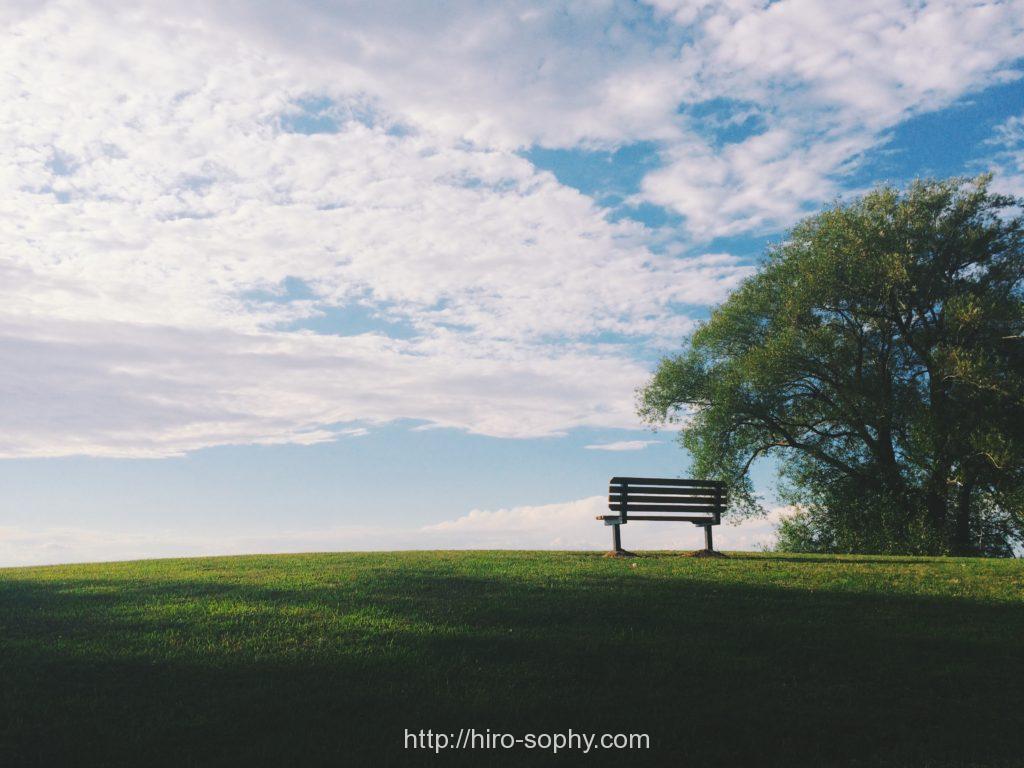 白い雲とベンチが一つ