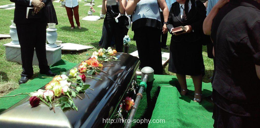 棺を囲む人々