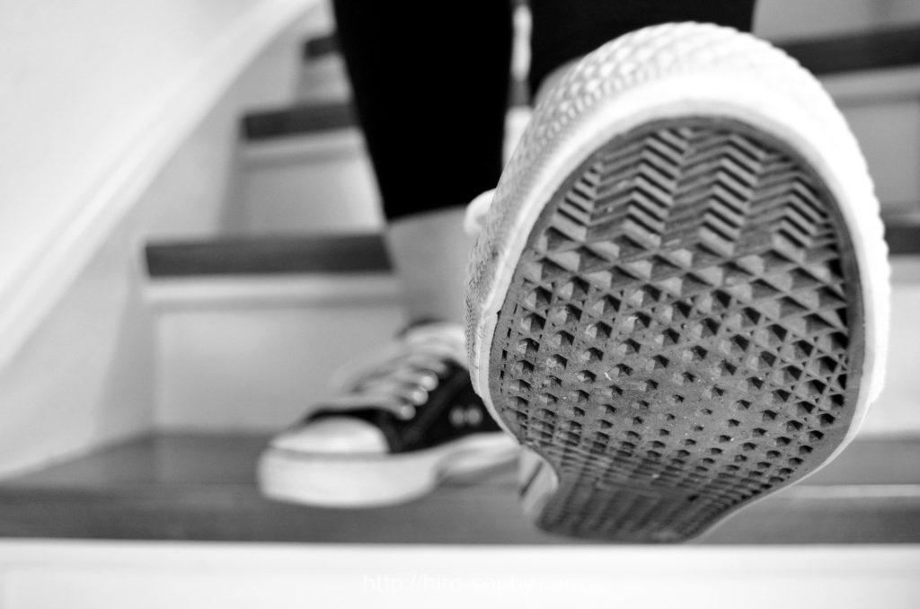 階段を降りながら靴底を見せる