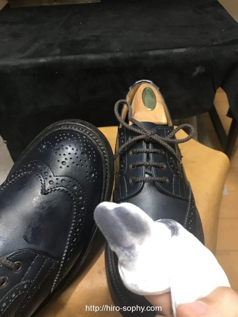 革靴をクリーナーで拭く