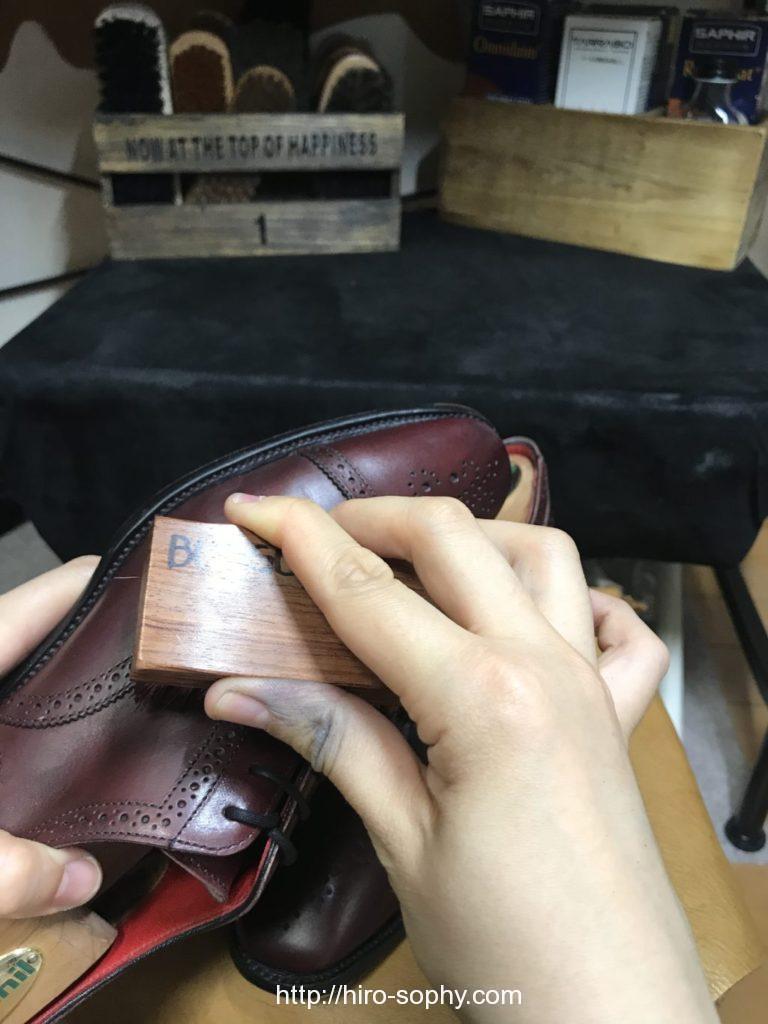 クリームを革靴に入れ込む