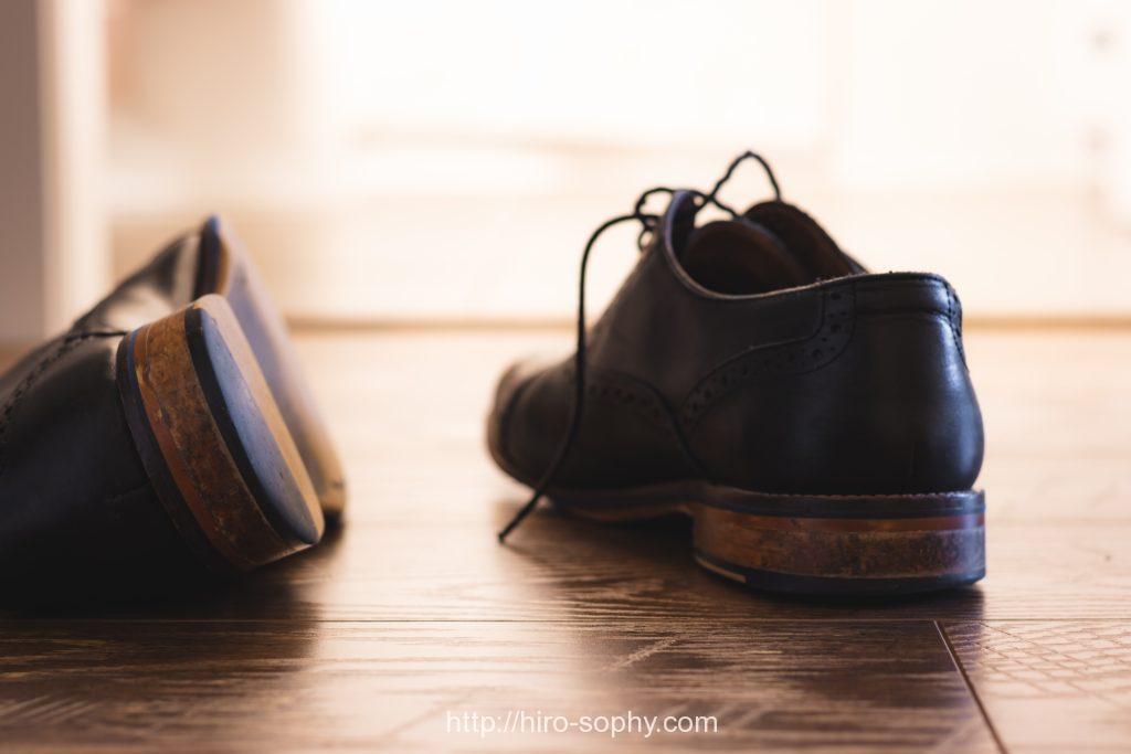 紐が解けた革靴