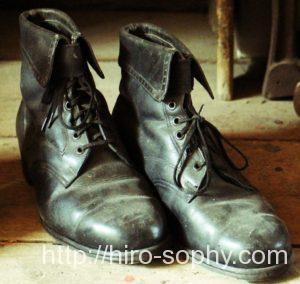 古びた黒いブーツ