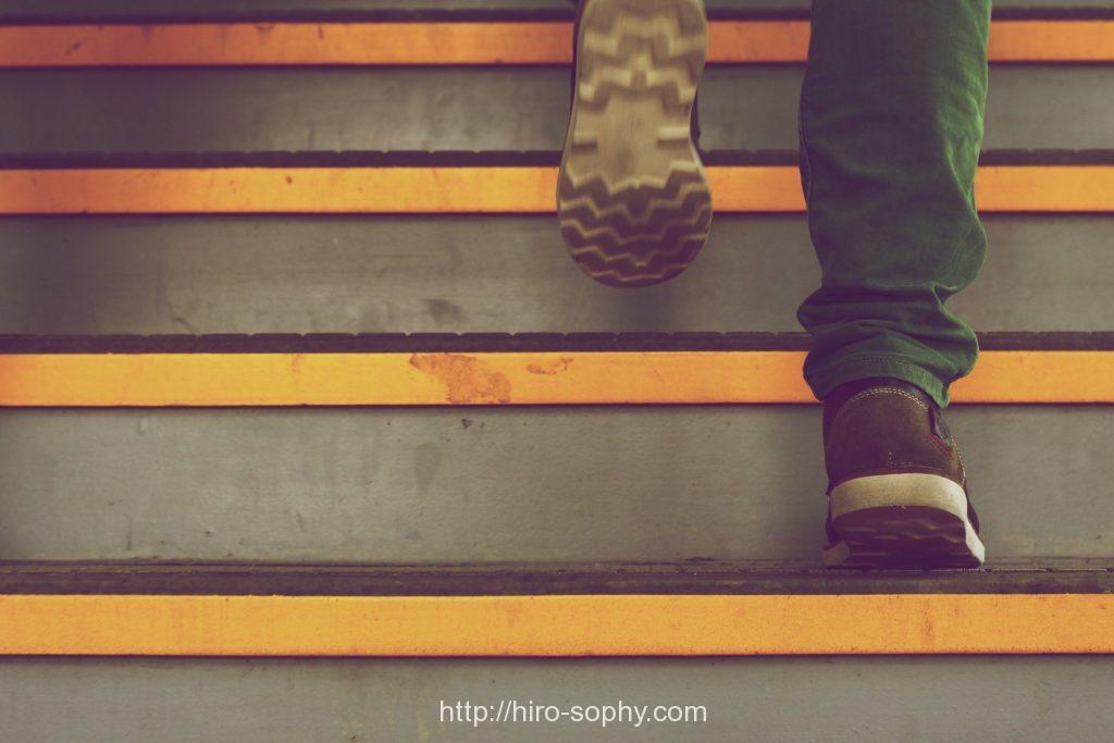 階段を上がる男の足