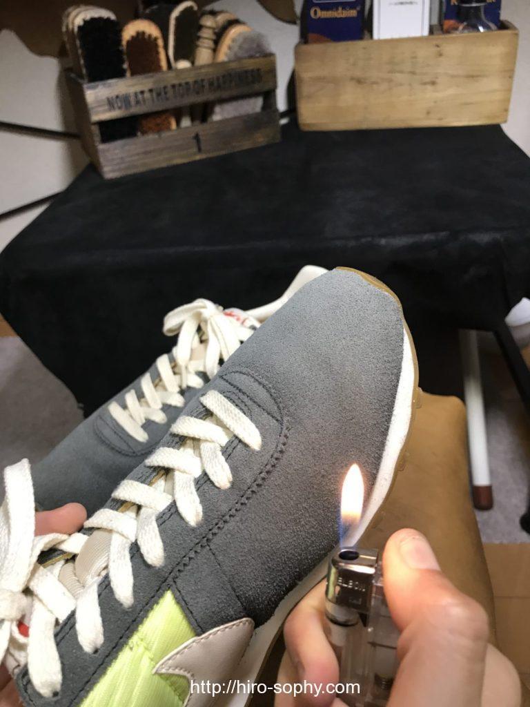 ライターの火でスエードを炙る