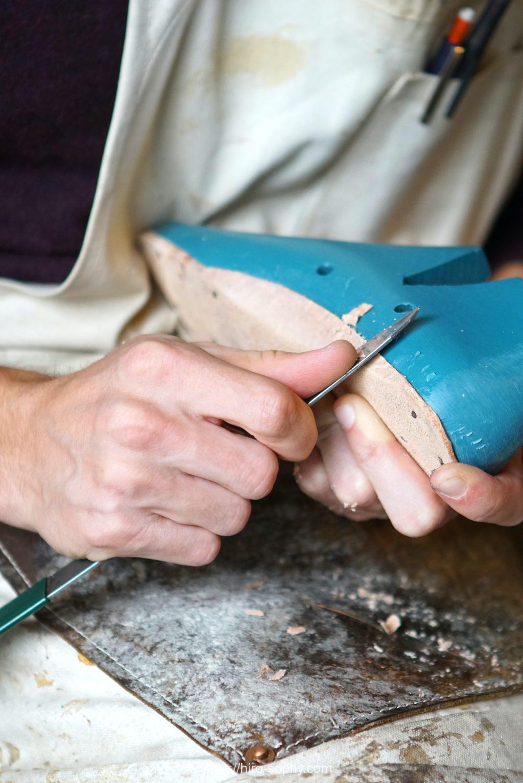 靴づくりをする男の手