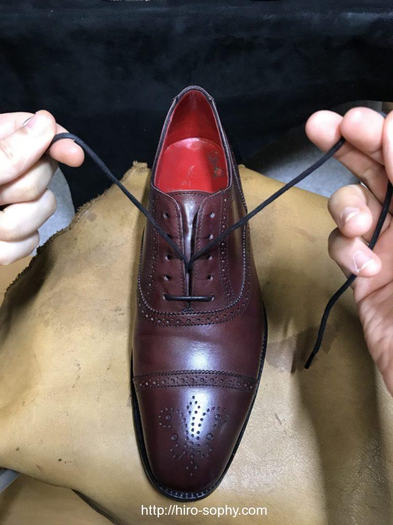シングルで革靴の靴紐を通す